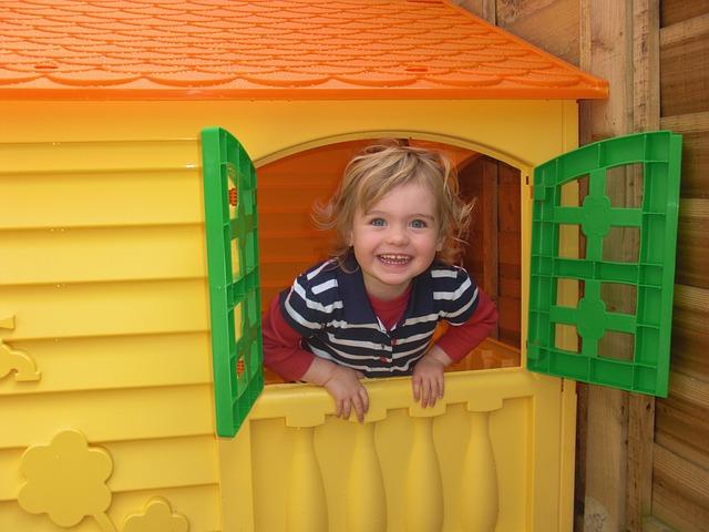 So bauen Sie ein Spielhaus aus Holz im Garten für Ihre Kinder!